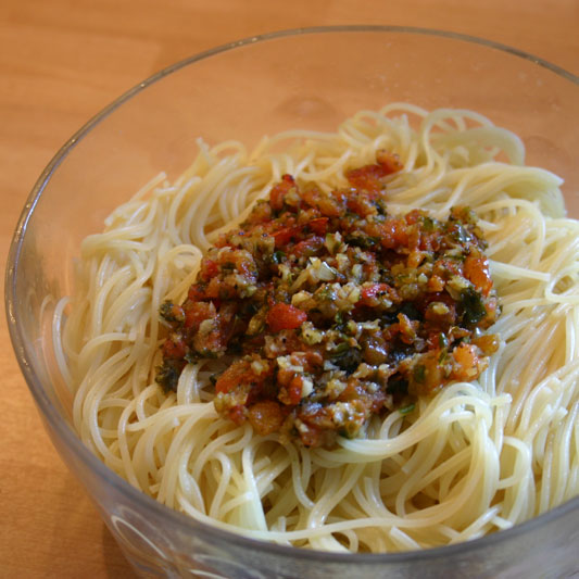 p 226 tes au pesto de tomates basilic et ail plats